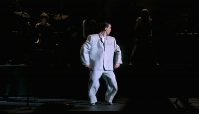 LIVE-_PHOTO_DAVID_BYRNE_BIG_SUIT