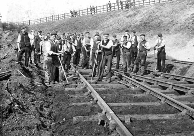 RailwayWorkersAtRyecroftLate19thC